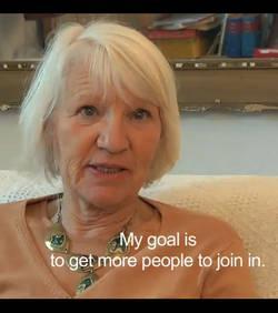 elle vit, sans utiliser, argent, depuis 15 ans, insolite, vie plus simple, existence, heureuse, pas essentiel, déménage, deux enfants, enseignante,