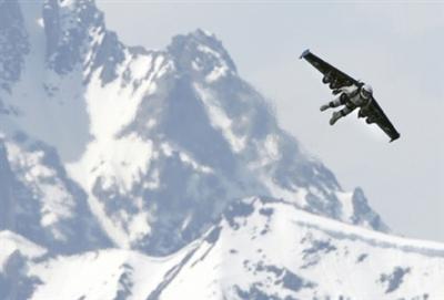 Yves Rossi, l'homme volant, rêve d'Icare, progrès technique, insolite, appareillage conséquent, voler, commandant de bord, Suisse, ailes miniatures, réacteurs miniatures,