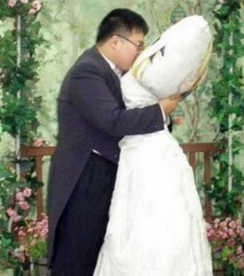 se marier, avec un oreiller, insolite, bizarre, fou, passionné, obsédé, mangas, effigie, héroïne, série animée,