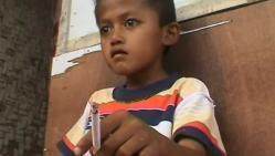 enfant de 8 ans, fume, 30 cigarettes, par jour, insolite, indonésien, renvoyé de l'école, interdit de fumer,