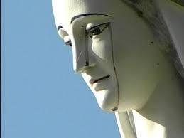 Vierge qui pleure du sang, étrange, paranormal, Bénédictine, statues, toucher, miracle, Marie-Rose Boyer, chrétienne, foi, objets de culte, chapelet, méditation, huile,