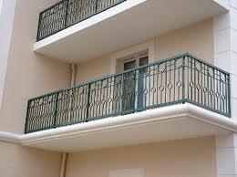 enfant de 8 mois, enferme sa mère, sur le balcon, insolite, police, pompiers, délivrer, appartement, bébé, premiers pas, appuyé, porte fenêtre,
