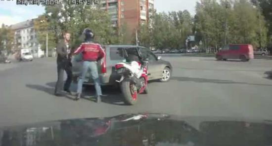 bagarre, motard, automobiliste, fils, coriace, insolite, voiture, route, dangereux,