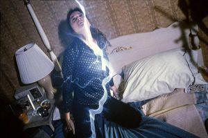 femme violée, par un fantôme, esprit du mal, étrange, paranormal, Californie, clichés, enquêteurs, parapsychologue, scientifiques, victime, agression, arcs,