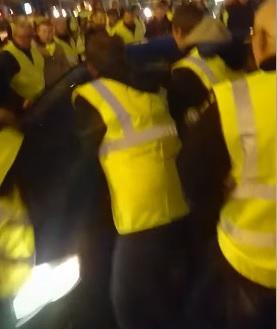 Gilets jaunes une voiture fonce sur la foule