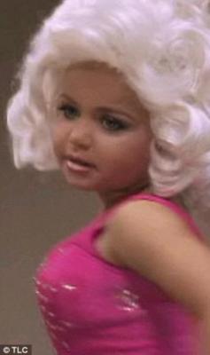 Maddy Jackson, faux seins, fausses fesses, 4 ans, insolite, scandale, fillette, admiratrice, beauté, publicité, concours de beauté,