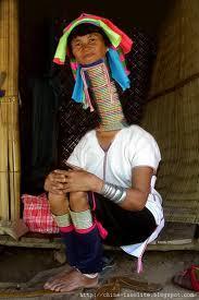 la femme, le plus long cou, du monde, insolite, femme girafe, tribu, modifications corporelles, colliers-spirale, croissance, croyance, légende,