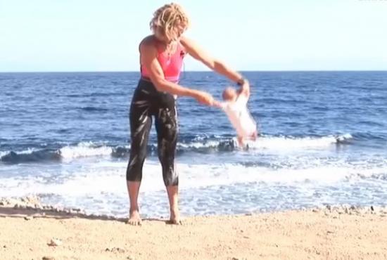 Yoga bébé, vidéo, Lena Fokina, insolite, femme, abasourdi, russe, dénoncé les pratiques, balancer, retourner, protection de l'enfance,