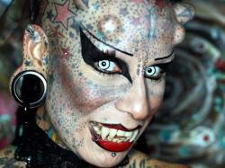 femme vampire, Maria Jose Cristerna, insolite, couper les dents, implants métalliques, sur le crâne, tatouages, tattoo, modifications corporelles, divorce,