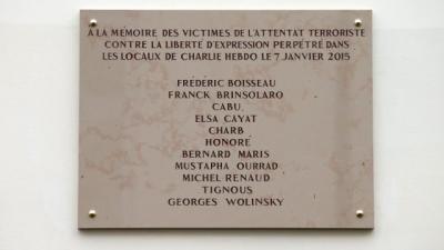 Plaque en hommage aux victimes des attentats