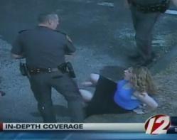 un policier frappe, au visage, une femme menottée, insolite, Rhode Island, officier de police, Edward Krawetz, filmé, caméra, vidéo-surveillance, violent coup,